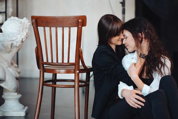 Dos chicas abrazándose tiernamente Foto gratis