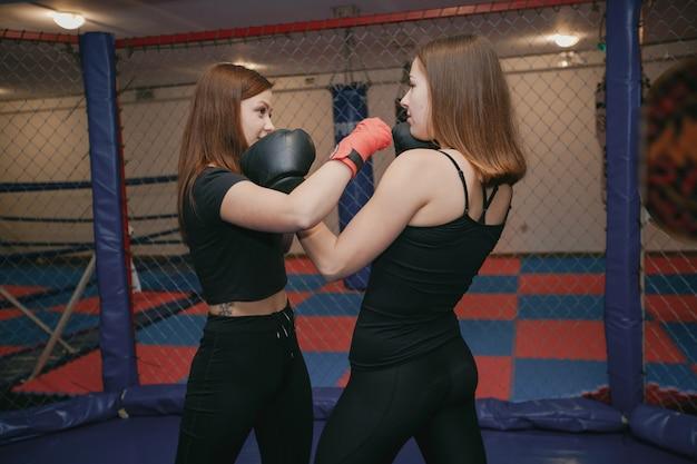 Dos chicas se dedican al boxeo en el gimnasio. Foto gratis