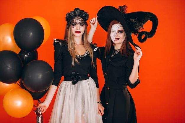 Dos chicas en disfraces de halloween Foto gratis