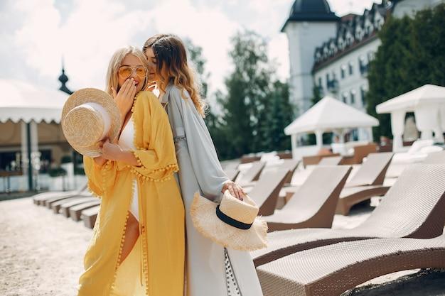 Dos chicas elegantes en un resort Foto gratis
