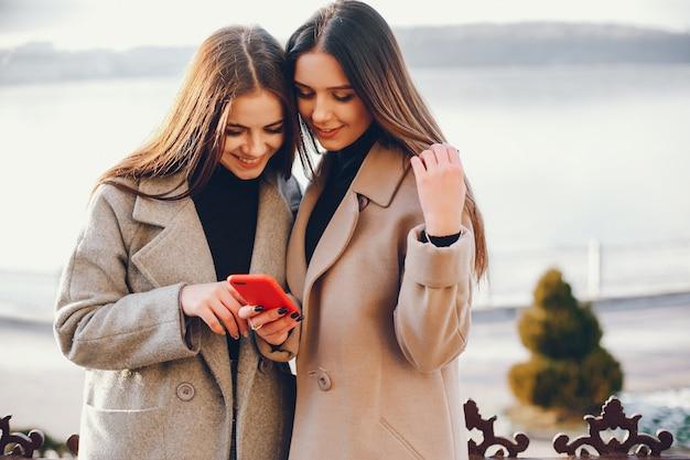 Dos chicas con estilo descansan en una ciudad. Foto gratis