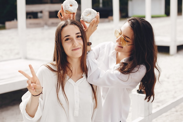 c25940d75887 Dos chicas guapas en un parque de verano | Descargar Fotos gratis
