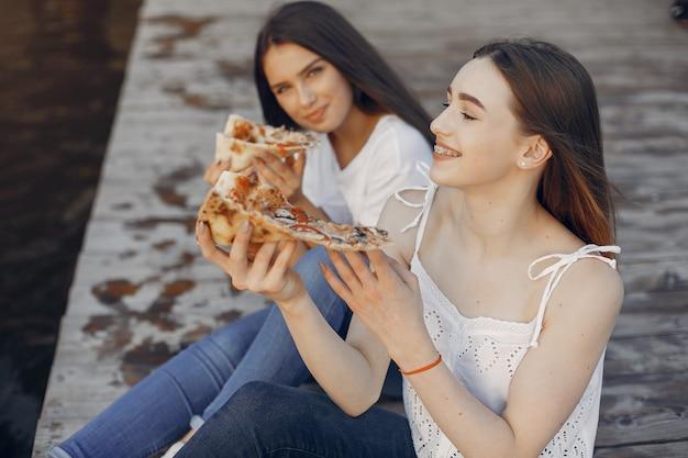 Dos Chicas Guapas En Un Parque De Verano Descargar Fotos