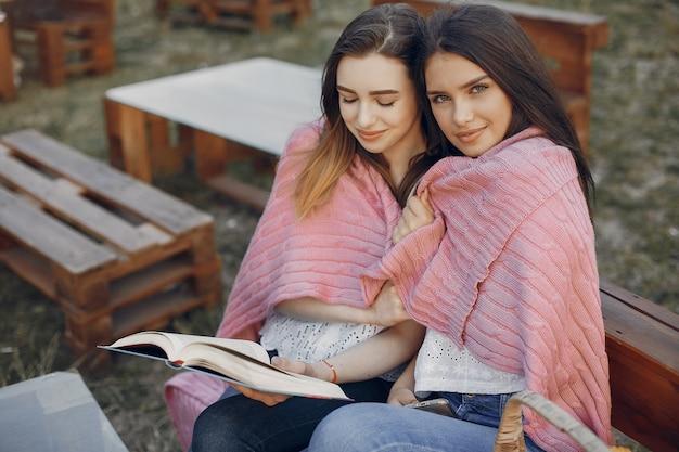 Dos chicas guapas en un parque de verano Foto gratis