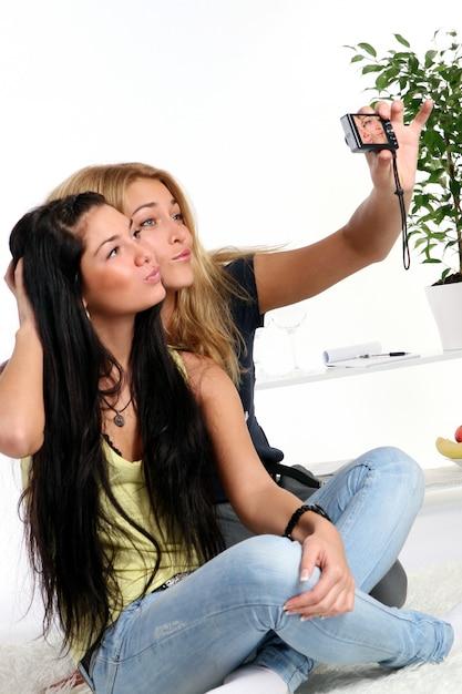 Dos chicas jóvenes en casa Foto gratis