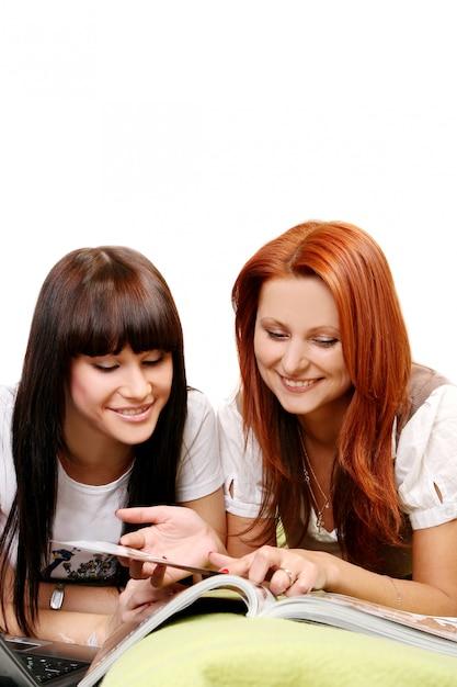 Dos chicas jóvenes y hermosas en la habitación Foto gratis