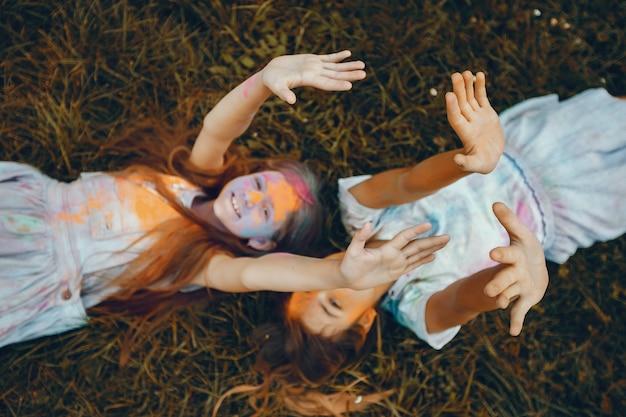 Dos chicas lindas se divierten en un parque de verano Foto gratis