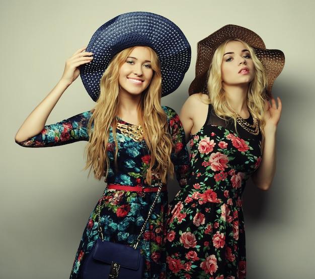 Dos chicas sexy con estilo mejores amigas Foto Premium