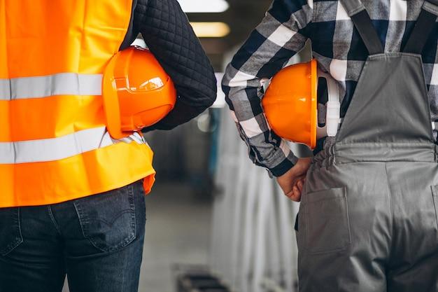 Dos colegas en una fábrica. Foto gratis