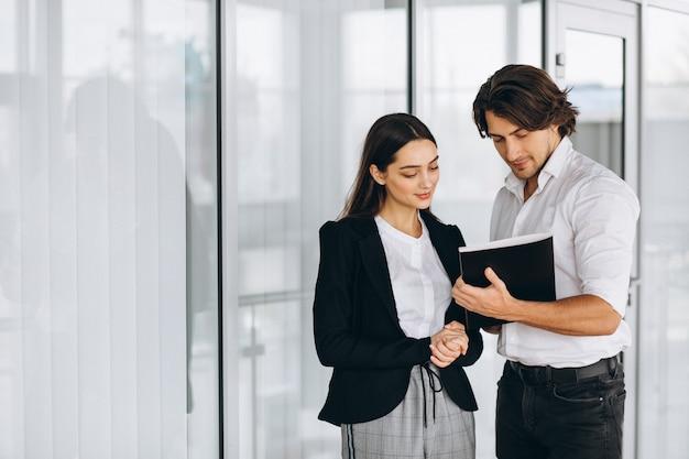 Dos colegas que trabajan en un centro de negocios. Foto gratis