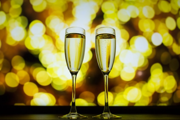 Dos copas de champagne sobre un fondo bokeh Foto Premium