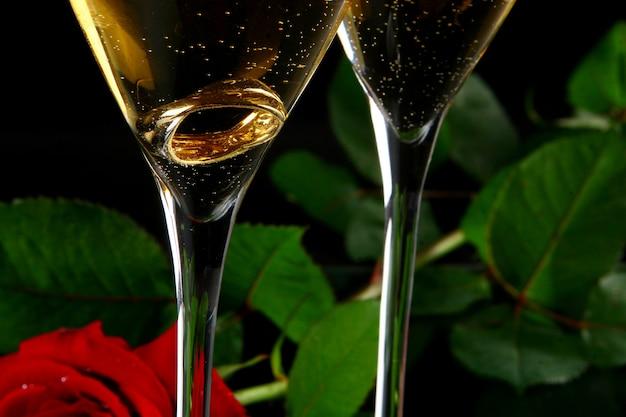 Dos copas de champaña con rign dentro Foto gratis