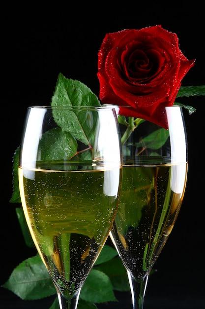 Dos copas de champaña y rosa Foto gratis
