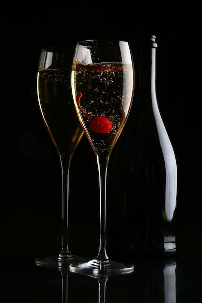 Dos copas elegantes con champagne dorado Foto gratis