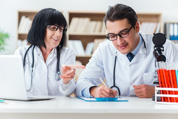 Dos doctores trabajando en el laboratorio Foto Premium