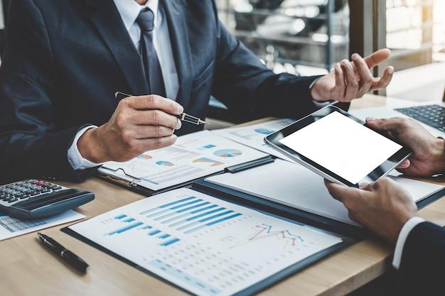 Dos ejecutivos discutiendo el crecimiento de la empresa éxito del proyecto estadísticas financieras Foto Premium