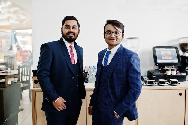 Dos empresario indio en trajes de pie en la cafetería. Foto Premium