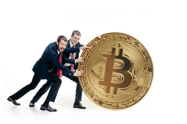 Dos empresarios con bitcoin Foto gratis