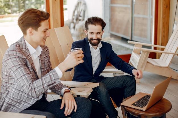 Dos empresarios trabajando en la oficina Foto gratis