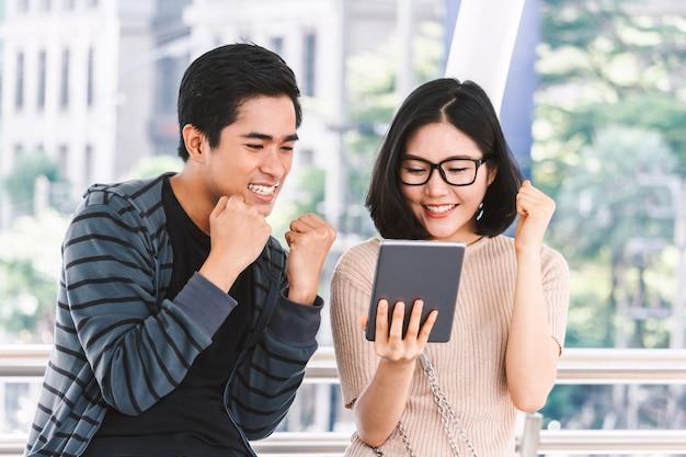 Dos estudiantes adolescentes haciendo la tarea con la computadora portátil en la universidad Foto Premium