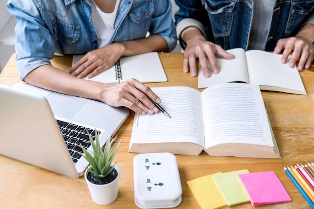 Dos estudiantes de secundaria con ayuda ayudan a un amigo a hacer las tareas de aprendizaje en el aula Foto Premium
