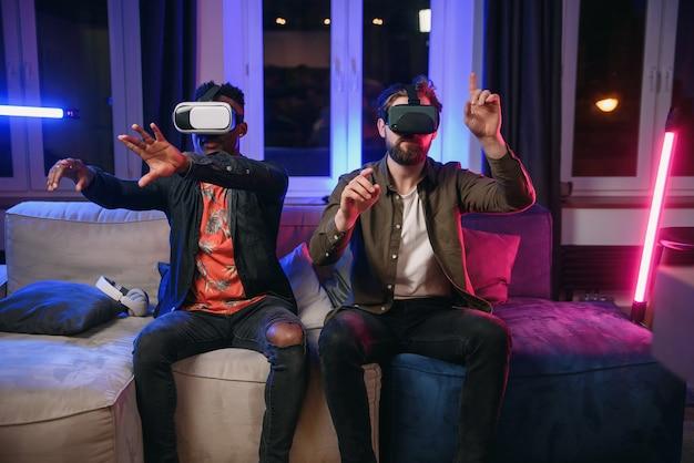 Dos freelancers, desarrolladores que se divierten y trabajan en una nueva aplicación para gafas de realidad virtual Foto Premium