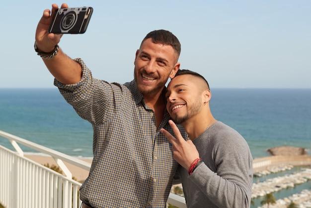 Dos gays enamorados pasando un buen rato. Foto Premium