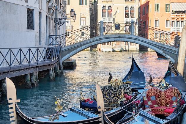 Dos góndolas en el cannal en venecia, italia. día soleado. Foto Premium