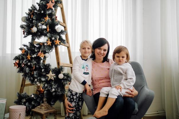 Dos hermanas posando para la foto durante la sesión de fotos familiares Foto gratis