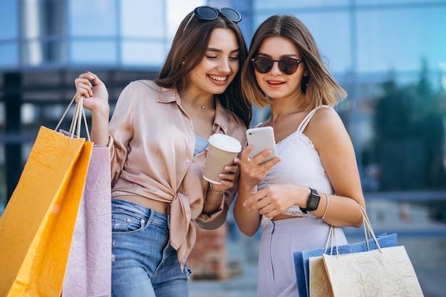 Dos hermosas mujeres de compras en la ciudad Foto gratis