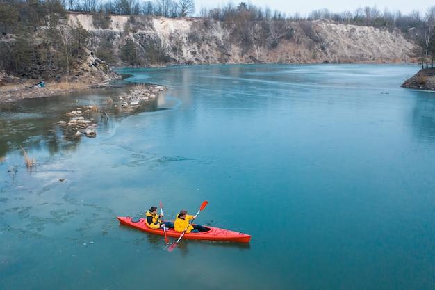 Dos hombre atlético flota en un bote rojo en el río Foto gratis