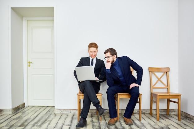 Dos hombres de negocios en la sala de espera Foto Premium