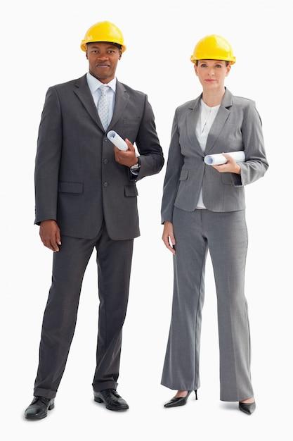 Dos hombres de negocios serios con cascos Foto Premium
