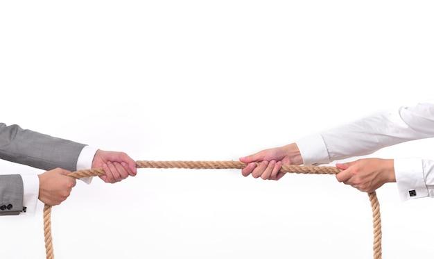 Dos hombres tirando de una cuerda Foto gratis
