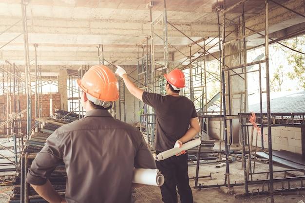 Dos ingeniero de sitio de construcción de hombre de negocios Foto Premium