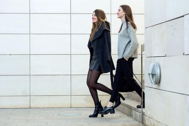 Dos joven empresaria caminando en la calle cerca de for Follando en la oficina gratis
