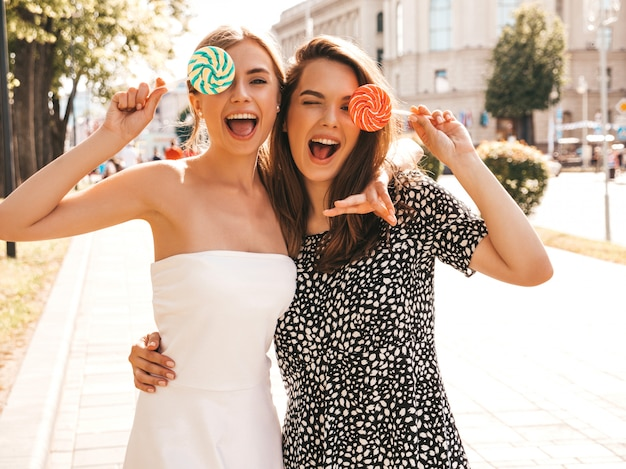 Dos jóvenes hermosas chicas hipster sonrientes en ropa de moda de verano Foto gratis