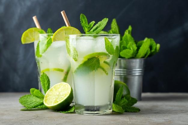 Dos limonada casera con lima Foto Premium