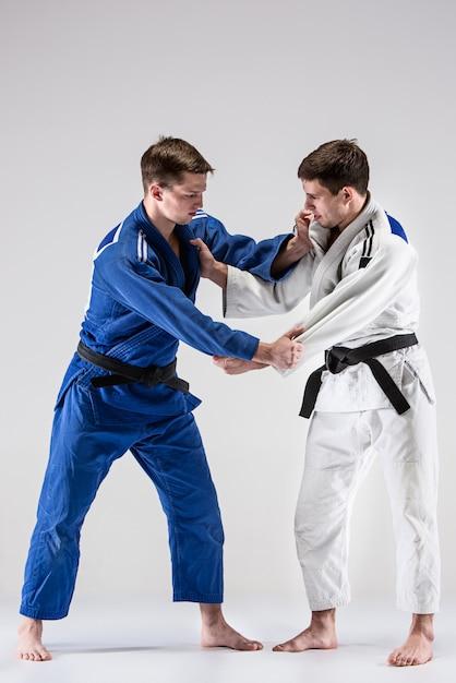 Los dos luchadores judokas que luchan contra hombres Foto gratis