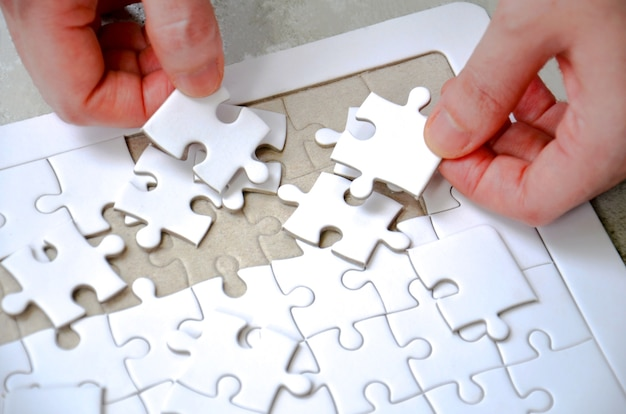 Dos Mano Sosteniendo Una Pieza De Puzzle Incompleto