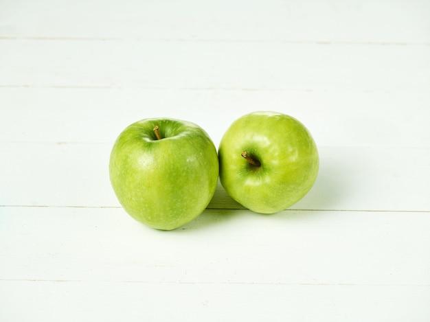 Dos manzanas verdes frescas Foto gratis
