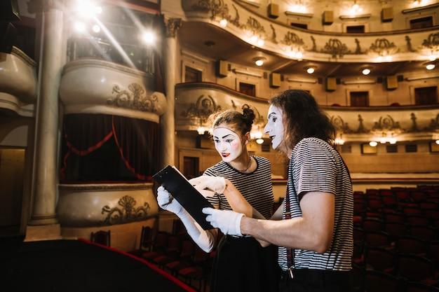 Dos mimos artista leyendo el manuscrito en el escenario Foto gratis