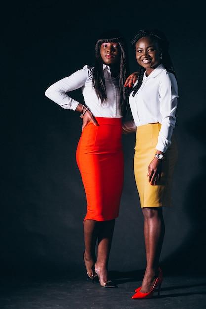 Dos mujeres afroamericanas en estudio Foto gratis