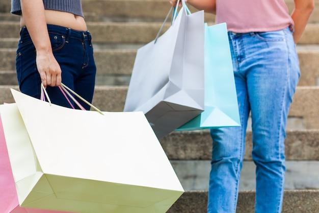 Dos mujeres están comprando felizmente Foto Premium