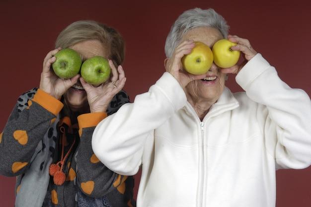 Dos mujeres mayores jugando con frutas Foto Premium