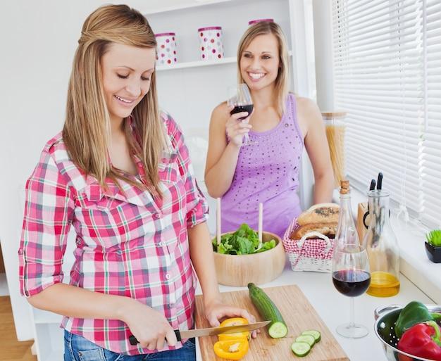Dos Mujeres Positivas Cocinando Juntos En Casa Descargar Fotos Premium