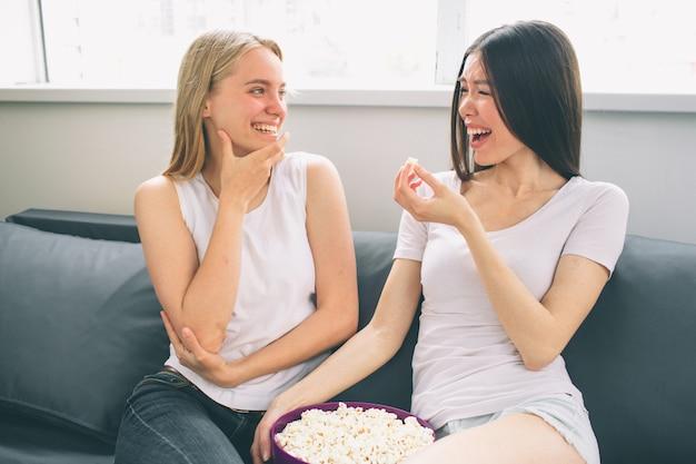 Dos mujeres riéndose en casa Foto Premium