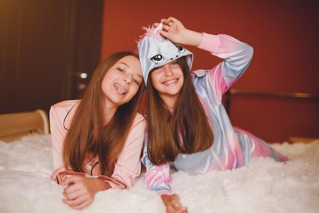 Dos niñas en un lindo pijama Foto gratis
