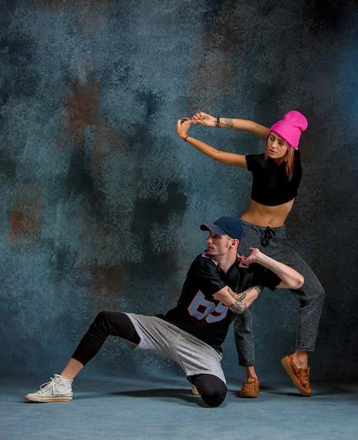 Las dos niñas y un niño bailando hip hop en el estudio Foto gratis