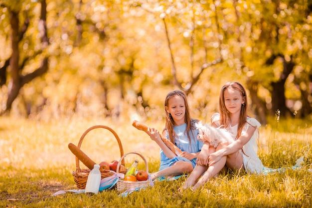 Dos niños pequeños de picnic en el parque Foto Premium